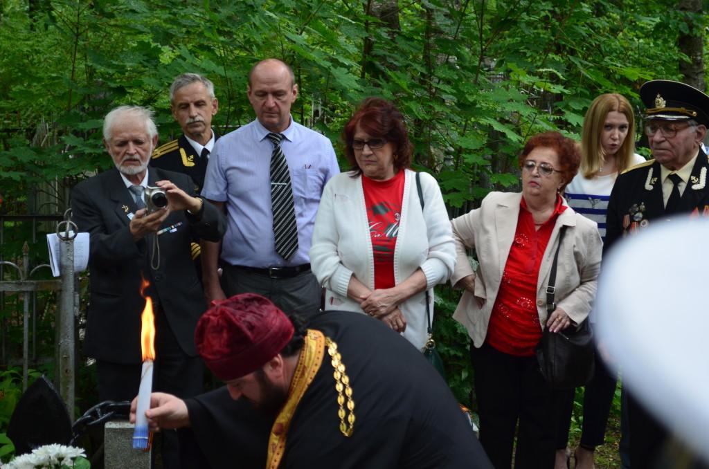 отец Кирилл, представляющий Синодальный отдел по взаимодействию с Вооружёнными силами и правоохранительными органами, провёл отпевание Александра Маринеско