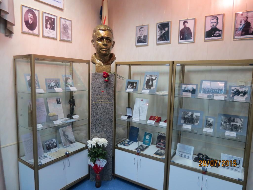 Мраморная стела под бюст героя А.И.Маринеско работы ООО НЭНСИ