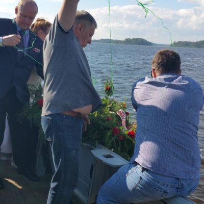 Отдание почестей десантникам и морякам Балтики , павшим при освобождении островов Выборгского залива, с опусканием венков на воду.