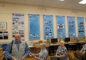 Ветераны Невского района Санкт-Петербурга перед открытием выставки