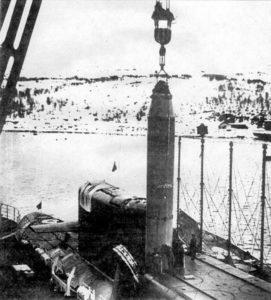 Загрузка ракеты Р-29 в пусковую установку РПКСН проекта 667Б «Мурена»