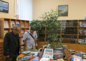 Знакомство гостей с литературной композицией выставки