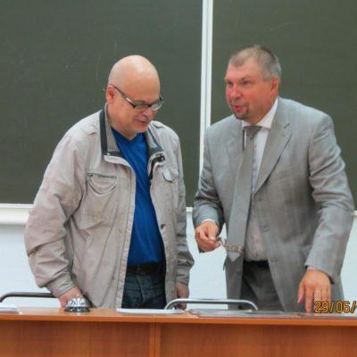 Ректор БГТУ - К.М. Иванов и секретарь учёного совета М.Н. Охочинский уточняют повестку дня