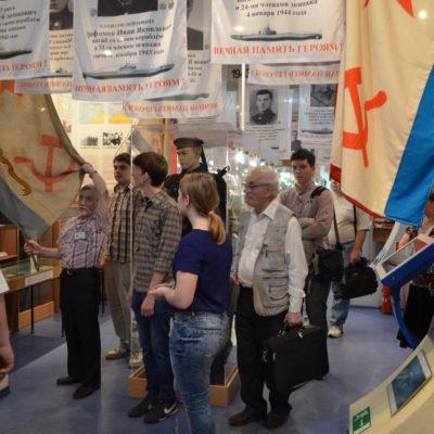 Студентов ВОЕНМЕХА встречает экскурсовод Г.А. Шолохов
