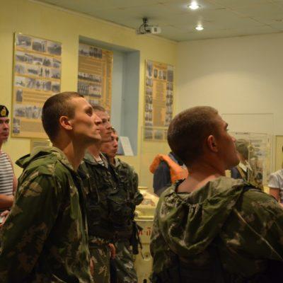 Спецназовцы с интересом слушают экскурсовода