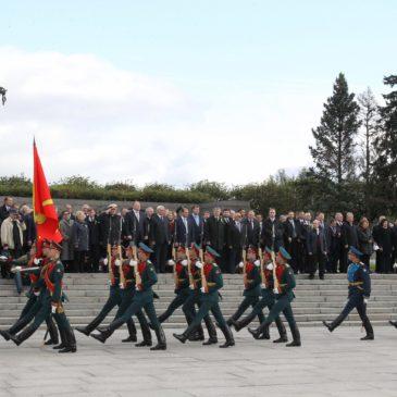 Торжественно-траурный митинг на Пискарёвском мемориальном кладбище.