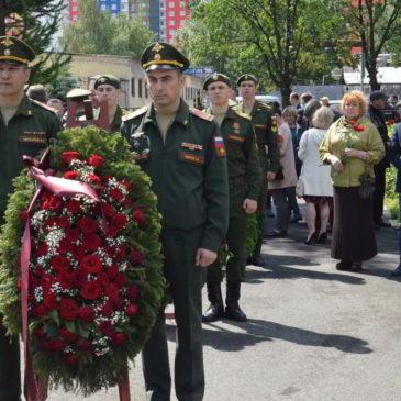 Возложение цветов и венков на Богословском кладбище